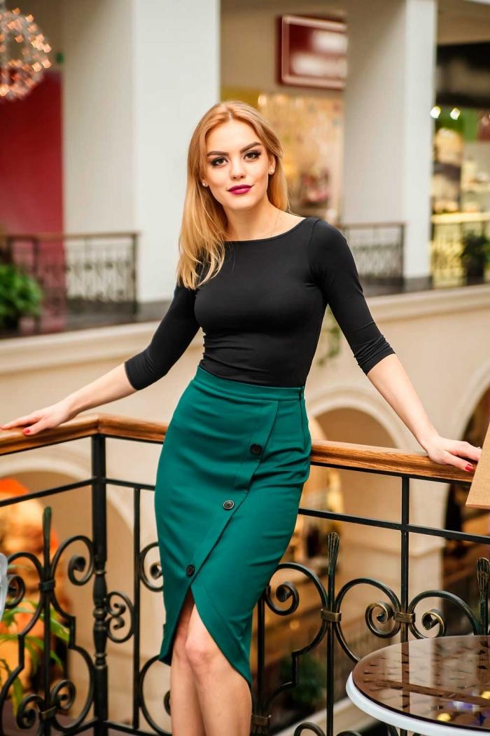 девушка в зеленой юбке
